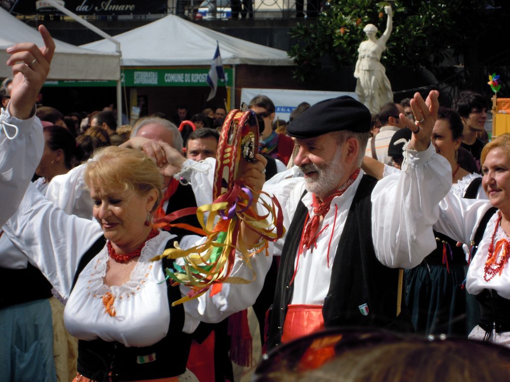 Folklore Dancers Performing the Tarantella at Ottobrata Zafferanese © epanto https://www.flickr.com/photos/epanto/6303001780/