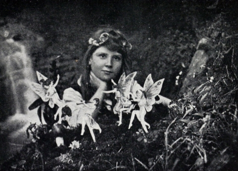 Frances Griffiths with the alleged Cottingley Fairies in 1917 By Elsie Wright (1901–1988) - https://en.wikipedia.org/w/index.php?curid=18803979