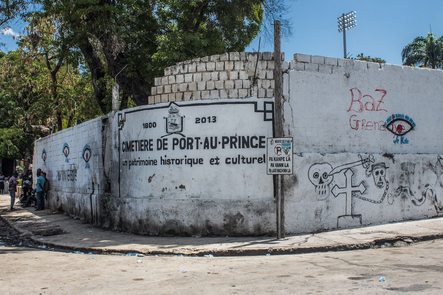 A painted sign announces the Cimetière de Port-au-Prince © Darmon Richter http://www.thebohemianblog.com/2015/04/haitian-vodou-port-au-prince.html