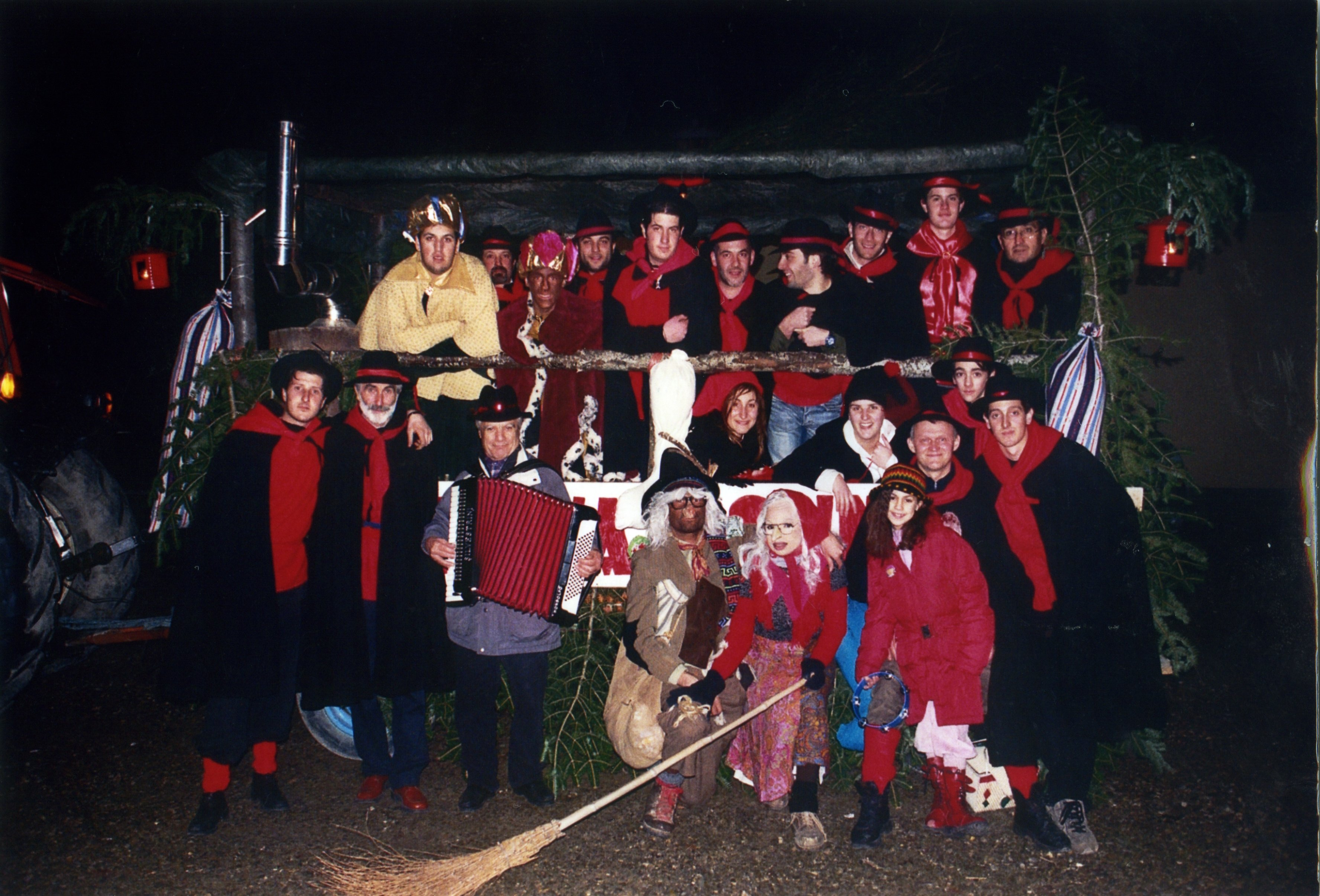 A group of friends and families celebrating the Befana in the Romagna region. Di Cristian Crociani https://commons.wikimedia.org/w/index.php?curid=8668309
