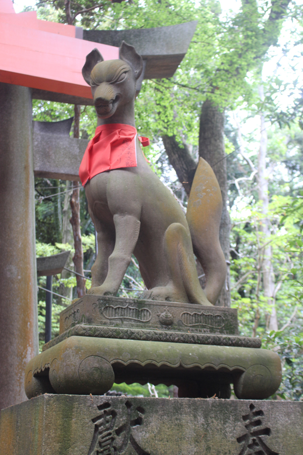 Another guardian kitsune statue. This one's sacred item is a ball © Amelia Starling