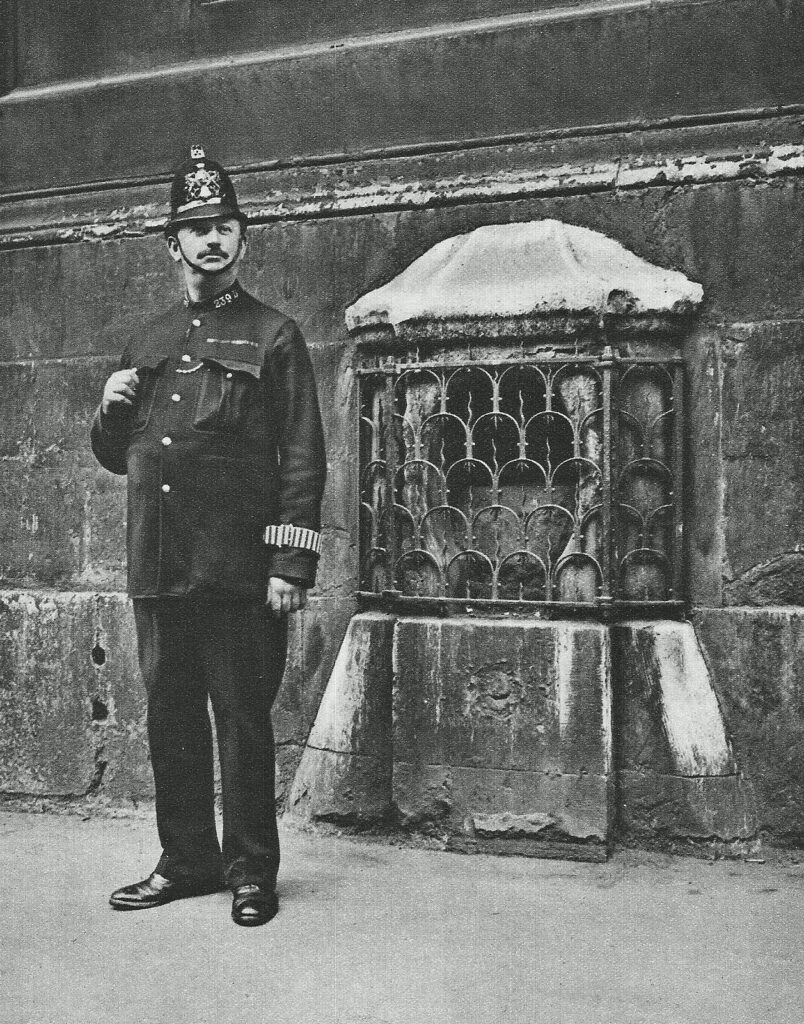 City of London Police Constable and the 'London Stone'. (CC BY-SA 2.0) https://www.flickr.com/photos/31363949@N02/7703577350