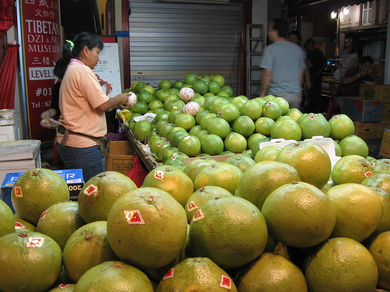 Pomelos for sale! By Sengkang, source https://commons.wikimedia.org/w/index.php?curid=1234091
