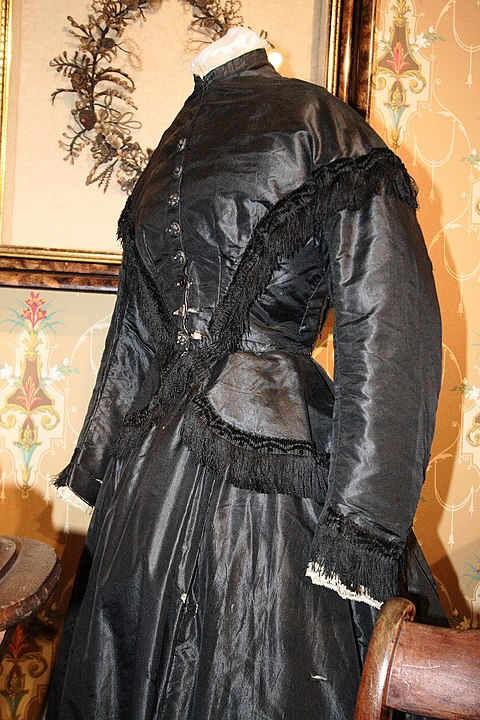 Mourning dress, circa 1867 Museum of Funeral Customs. CC BY-SA 2.5, https://commons.wikimedia.org/w/index.php?curid=770977
